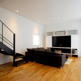 『HOUSE YT』洗練されたスタイリッシュな住宅 (光が反射する明るいリビング)