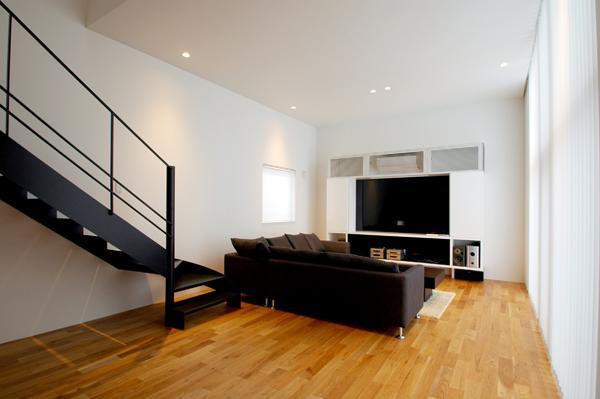 『HOUSE YT』洗練されたスタイリッシュな住宅の部屋 光が反射する明るいリビング