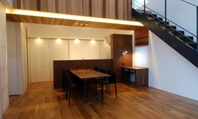 『HOUSE YT』洗練されたスタイリッシュな住宅 (吹き抜けのリビングダイニング)