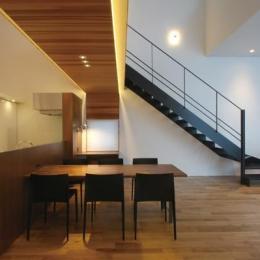 『HOUSE YT』洗練されたスタイリッシュな住宅 (間接照明が演出するスタイリッシュなLDK)