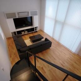 『HOUSE YT』洗練されたスタイリッシュな住宅 (階段上部よりリビングを見下ろす)