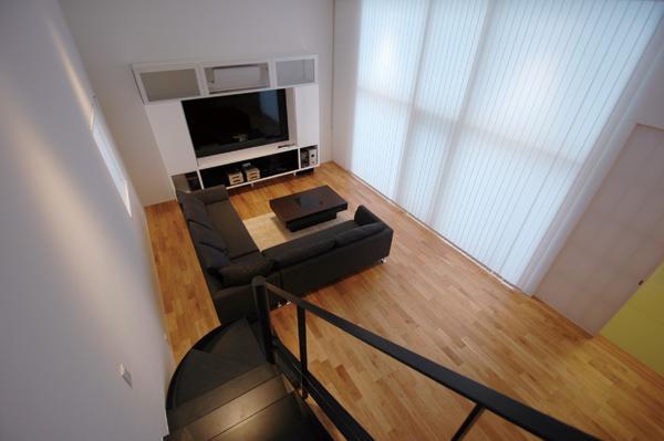 『HOUSE YT』洗練されたスタイリッシュな住宅の写真 階段上部よりリビングを見下ろす