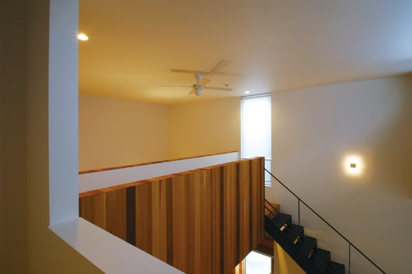 『HOUSE YT』洗練されたスタイリッシュな住宅の部屋 吹き抜け部分