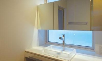 『HOUSE YT』洗練されたスタイリッシュな住宅 (シンプルな洗面室)