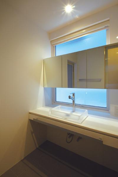 『HOUSE YT』洗練されたスタイリッシュな住宅の部屋 シンプルな洗面室
