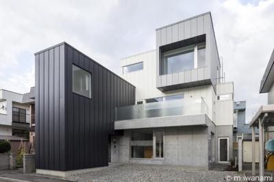 『HOUSE M&S』シンプルモダンな二世帯住宅 (箱を組み合わせたシャープな外観)