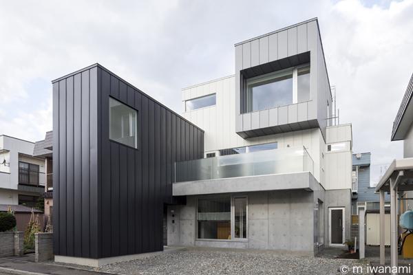 『HOUSE M&S』シンプルモダンな二世帯住宅の写真 箱を組み合わせたシャープな外観