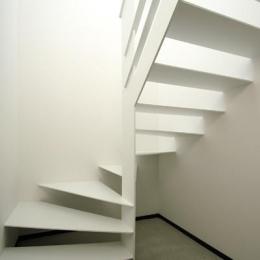 『HOUSE M&S』シンプルモダンな二世帯住宅 (スケルトン階段)