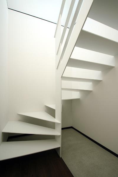 『HOUSE M&S』シンプルモダンな二世帯住宅の写真 スケルトン階段