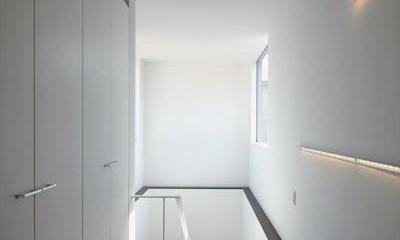 『HOUSE M&S』シンプルモダンな二世帯住宅 (光の差し込む階段室-1)