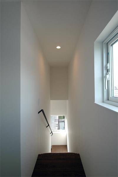 『HOUSE M&S』シンプルモダンな二世帯住宅の写真 光の差し込む階段室-2