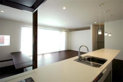 『HOUSE M&S』シンプルモダンな二世帯住宅 (キッチンよりリビングを見る)