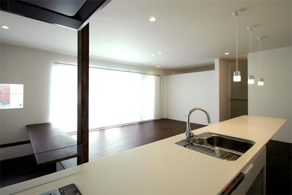『HOUSE M&S』シンプルモダンな二世帯住宅の写真 キッチンよりリビングを見る