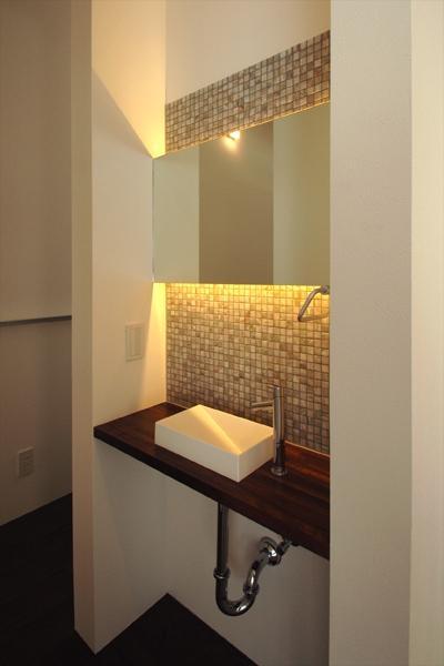 『HOUSE M&S』シンプルモダンな二世帯住宅 (タイル貼りの洗面スペース)