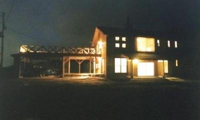 土間を楽しむ現代民家 光と風が通り抜ける家 (外観夜景)