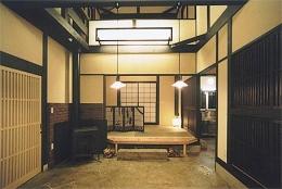 土間を楽しむ現代民家 光と風が通り抜ける家 (囲炉裏と暖炉のある土間リビング)