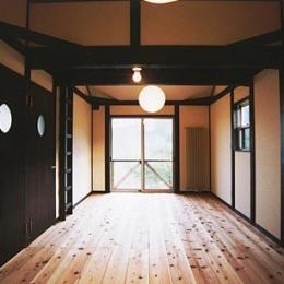 土間を楽しむ現代民家 光と風が通り抜ける家 (木の温もり溢れるベッドルーム)