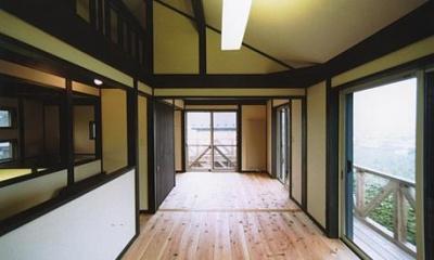 土間を楽しむ現代民家 光と風が通り抜ける家 (見晴らしのいい開放的なキッズルーム)