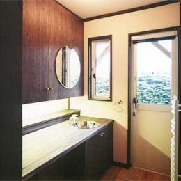 土間を楽しむ現代民家 光と風が通り抜ける家 (広くてシンプルな洗面所)