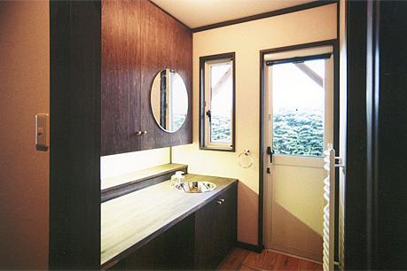 土間を楽しむ現代民家 光と風が通り抜ける家の写真 広くてシンプルな洗面所