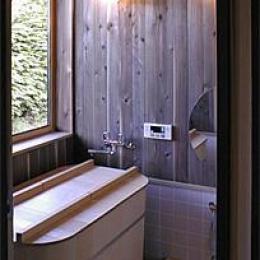 土間を楽しむ現代民家 光と風が通り抜ける家 (ヒバの香りがする浴室)