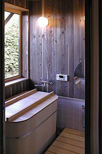 土間を楽しむ現代民家 光と風が通り抜ける家の写真 ヒバの香りがする浴室