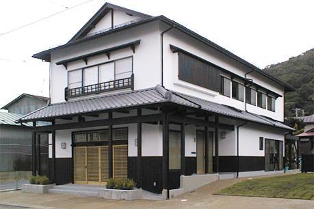 町家民家の移築再生 土間を取り込む新生活町家の部屋 漆喰と古色仕上げの外観