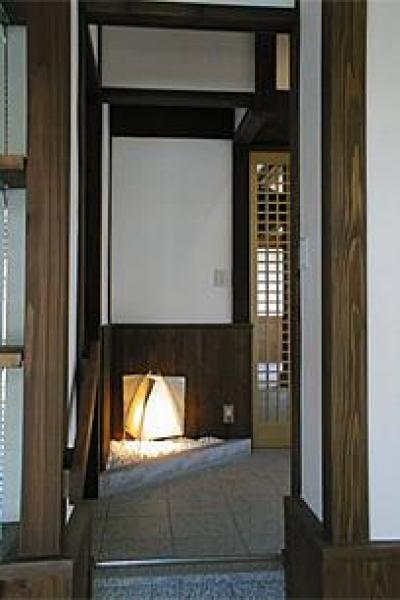 フロアスタンドが迎える玄関 (町家民家の移築再生 土間を取り込む新生活町家)
