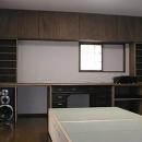 オーディオラックと畳ベッドのある寝室