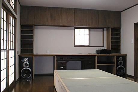 町家民家の移築再生 土間を取り込む新生活町家の部屋 オーディオラックと畳ベッドのある寝室