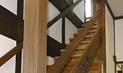 町家民家の移築再生 土間を取り込む新生活町家 (階段-手摺板にはモミジの葉を型抜き)