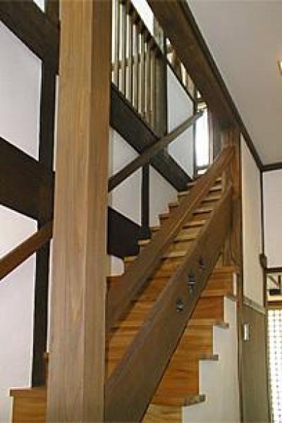 階段-手摺板にはモミジの葉を型抜き (町家民家の移築再生 土間を取り込む新生活町家)