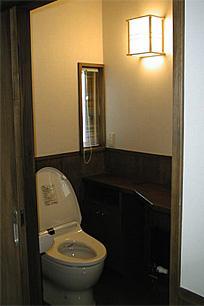 町家民家の移築再生 土間を取り込む新生活町家の部屋 トイレ-車椅子でも利用可能