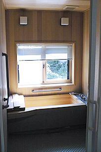 町家民家の移築再生 土間を取り込む新生活町家の部屋 手摺付きのヒバのユニットバス