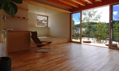 デッキと一体になる寛ぎのリビング|『伊左地の家』緑・光・風を感じる長期優良住宅