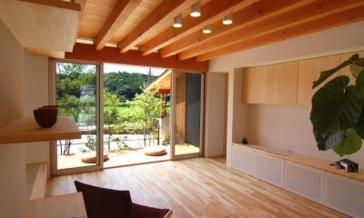 明るい日差しの入るリビング|『伊左地の家』緑・光・風を感じる長期優良住宅