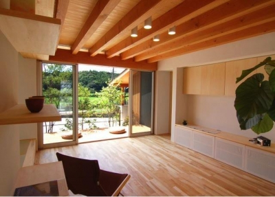 『伊左地の家』緑・光・風を感じる長期優良住宅 (明るい日差しの入るリビング)