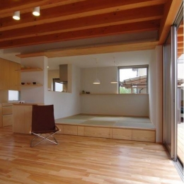 『伊左地の家』緑・光・風を感じる長期優良住宅 (床下収納のあるタタミダイニング)