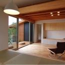 『伊左地の家』緑・光・風を感じる長期優良住宅の写真 タタミダイニングよりリビング・デッキを見る