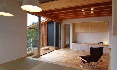 タタミダイニングよりリビング・デッキを見る|『伊左地の家』緑・光・風を感じる長期優良住宅