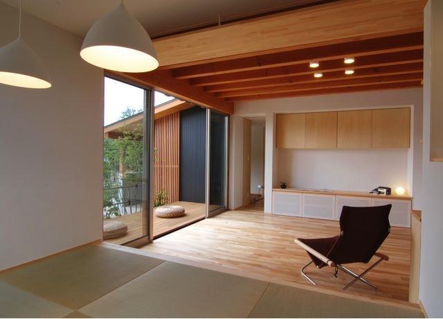 『伊左地の家』緑・光・風を感じる長期優良住宅 (タタミダイニングよりリビング・デッキを見る)