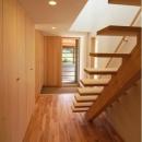 『伊左地の家』緑・光・風を感じる長期優良住宅の写真 明るい玄関ホール