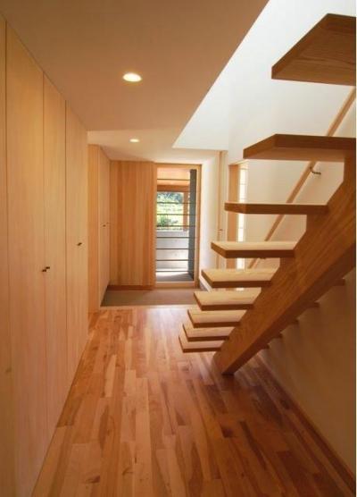 『伊左地の家』緑・光・風を感じる長期優良住宅 (明るい玄関ホール)