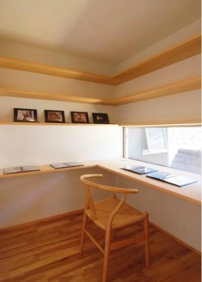 『伊左地の家』緑・光・風を感じる長期優良住宅 (すっきりとしたシンプルな書斎)