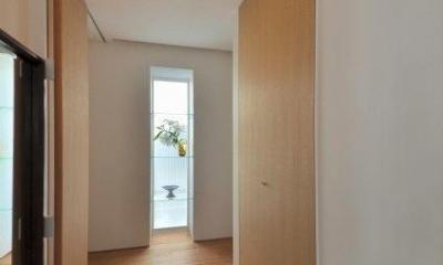 『小さな平屋』内部と外部の関係性を見出すFRPグレーチング (明るい玄関ホール)