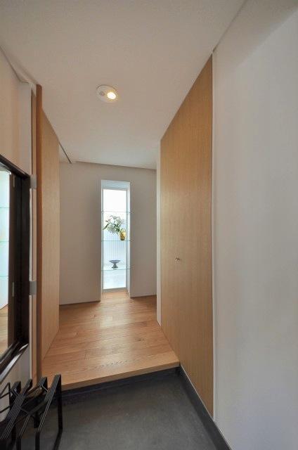 『小さな平屋』内部と外部の関係性を見出すFRPグレーチングの写真 明るい玄関ホール