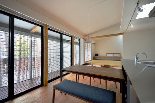 建築家:岩田 和哉「『小さな平屋』内部と外部の関係性を見出すFRPグレーチング」