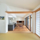 『小さな平屋』内部と外部の関係性を見出すFRPグレーチングの写真 和室よりLDKを見る