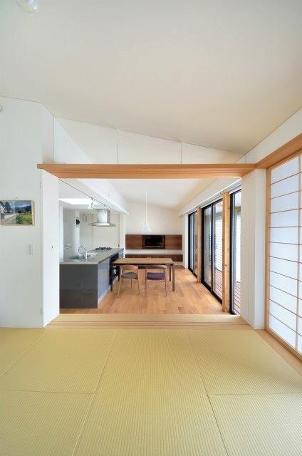 『小さな平屋』内部と外部の関係性を見出すFRPグレーチングの部屋 和室よりLDKを見る