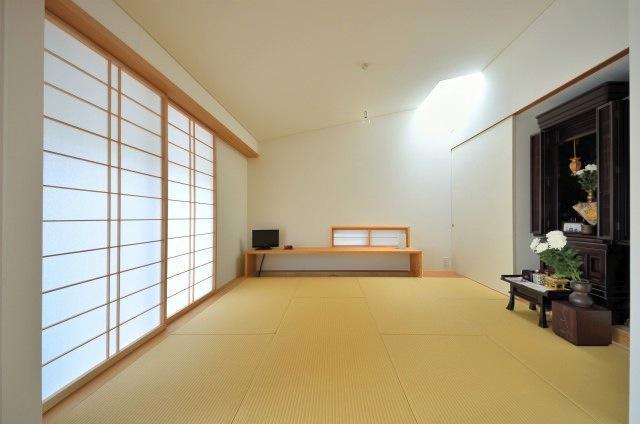 『小さな平屋』内部と外部の関係性を見出すFRPグレーチングの部屋 天窓より光の入る和室
